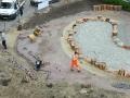 10. De zandbak is opgebouwd uit grote zwerfkeien en douglas palen.